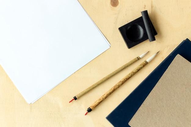 Close-up japan traditionele schrijven borstel op tafel. bovenaanzicht en licht