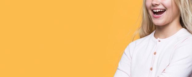 Close-up jong meisje op gele achtergrond