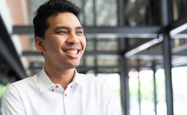 Close-up jonge knappe van moslim man lacht en kijkt uit met gelukkig