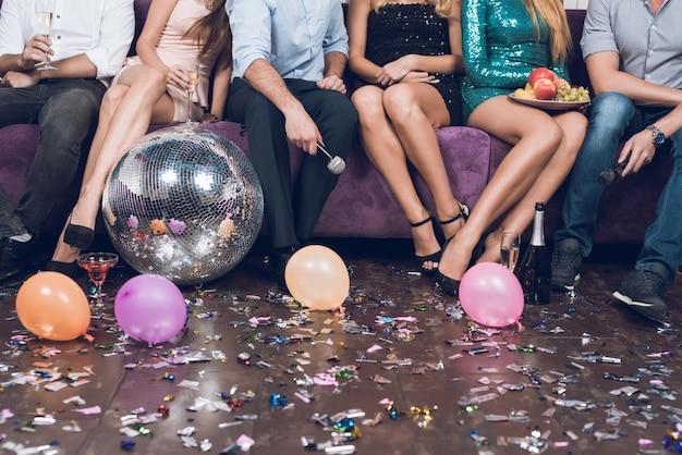 Close-up jonge mensen rusten in paren in een nachtclub