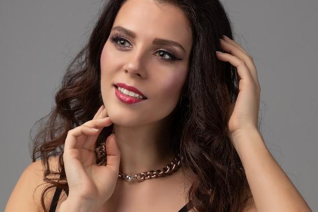 Close-up jonge mode vrouw met lichte make-up