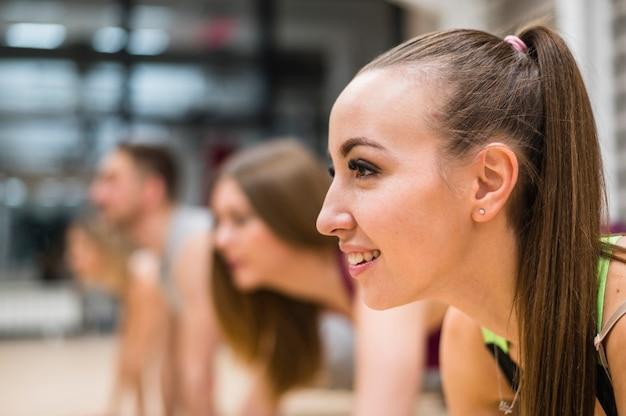 Close-up jonge vrouw die bij de gymnastiek uitoefent
