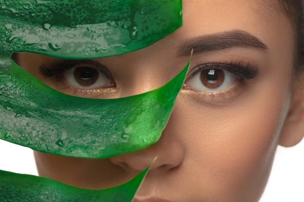 Close-up jonge vrouw portret geïsoleerde witte achtergrond. cosmetica en make-up