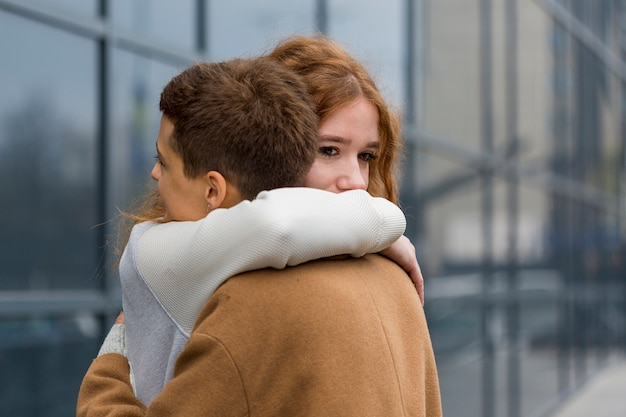 Close-up jonge vrouwen die elkaar koesteren