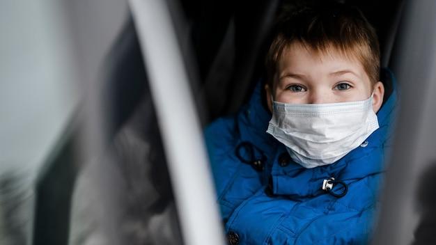 Close-up jongen masker dragen