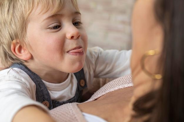 Close-up jongen speelt met zijn moeder