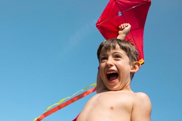 Close-up jongen spelen met kite