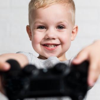 Close-up jongetje met joystick