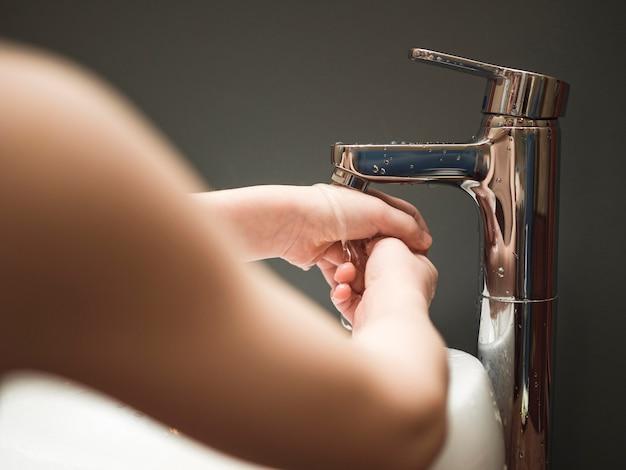 Close-up jongetje wassen