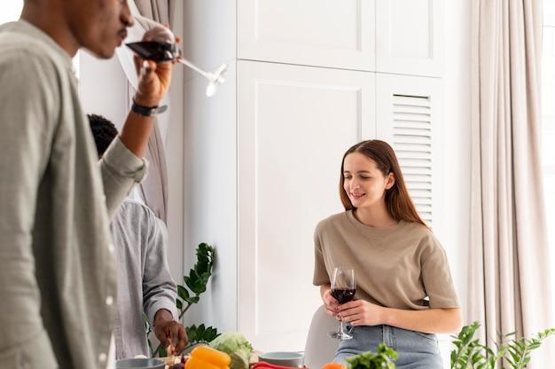 Close-up kamergenoten wijn drinken