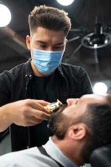 Close-up kapper met gezichtsmasker