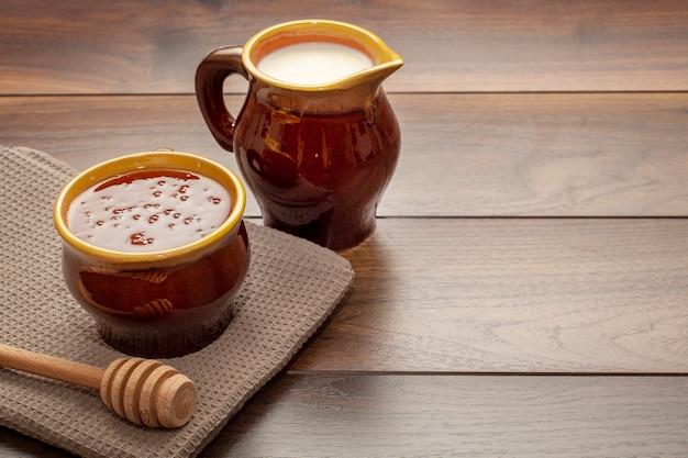 Close-up keramische kom gevuld met honing