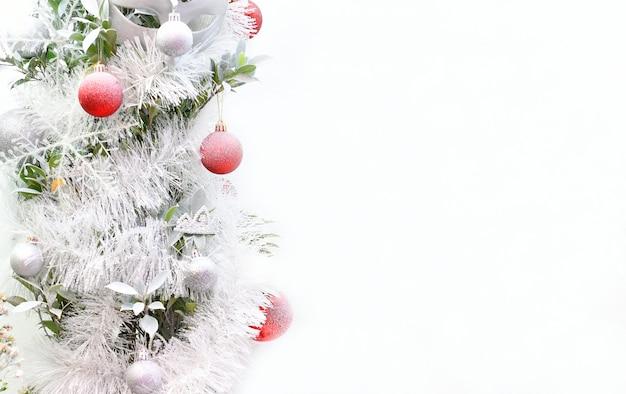 Close-up kerstboom versierd op achtergrond kopie ruimte