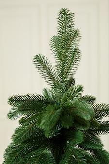 Close-up kerstboom zonder speelgoed. goede nieuwjaarsgeest. takken van een groene kerstboom close-up