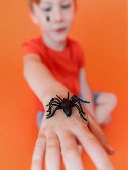 Close-up kind halloween spin bij de hand te houden