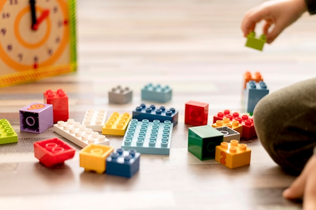 Close-up kind met speelgoed binnenshuis