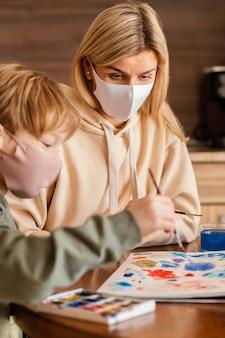 Close-up kind schilderij penseel te houden
