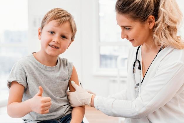Close-up kinderarts vaccineren kind