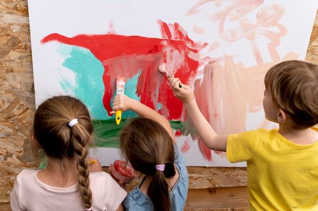 Close-up kinderen die samen schilderen painting