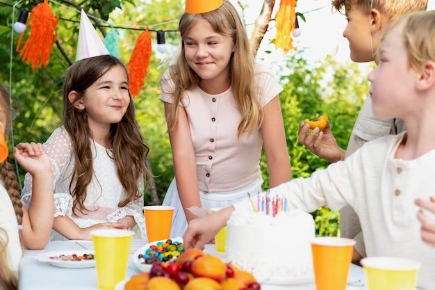 Close-up kinderen die samen vieren