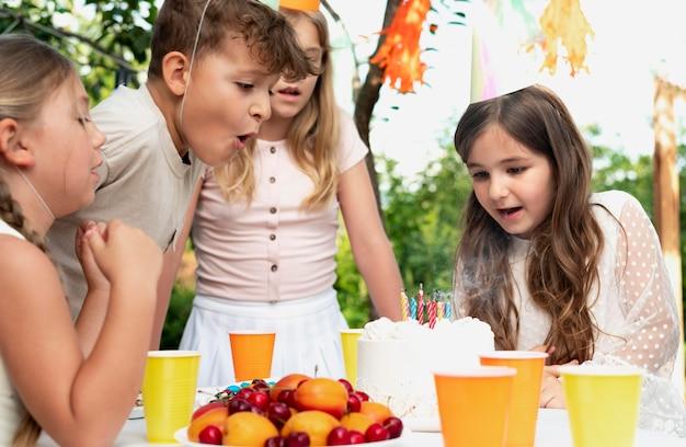 Close-up kinderen met heerlijke taart