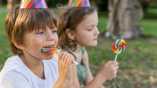 Close-up kinderen met lollies