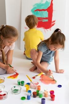 Close-up kinderen schilderen met kleuren