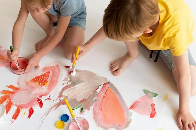 Close-up kinderen schilderen met penselen