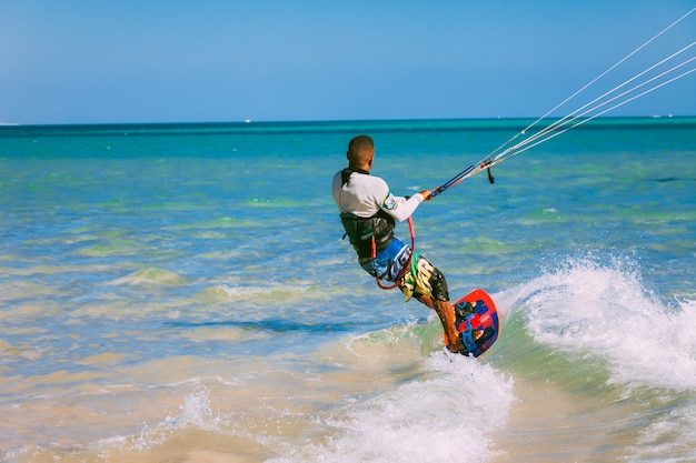 Close-up kitesurfer. achteraanzicht. rode zee.
