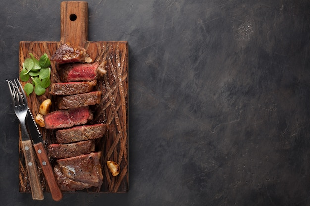 Close-up klaar om lapje vlees new york te eten.
