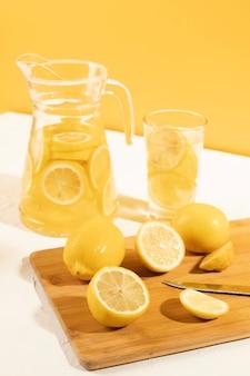 Close-up klaar om smakelijke limonade te serveren