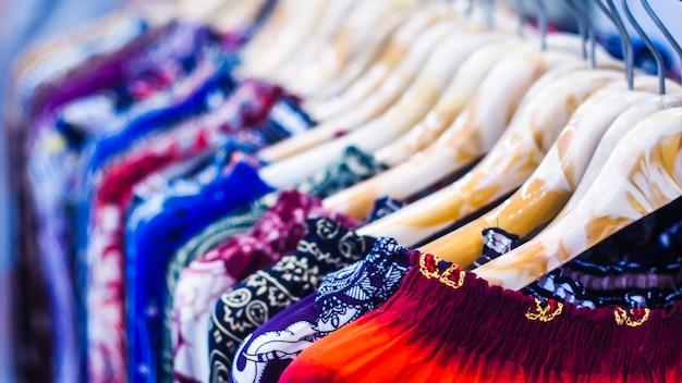 Close-up kleding hangt aan kledingrek in kledingwinkel