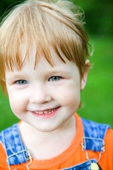 Close-up klein meisje portret buiten