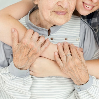 Close-up kleindochter oma knuffelen