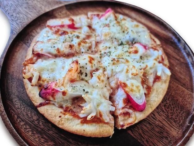 Close-up kleine pizza met krabstokken op houten pan geïsoleerd op wit