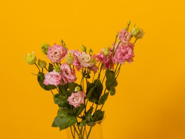 Close-up kleurrijk lenteboeket met veel verschillende bloemengelei.