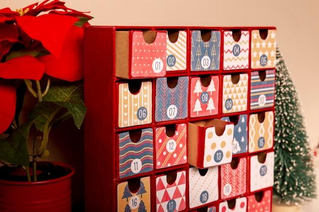Close-up kleurrijke adventkalender op tafel
