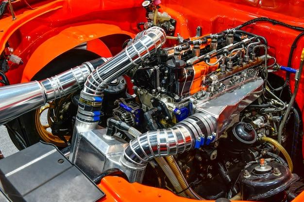 Close-up kleurrijke details van de motor van een auto. aanpassing van de turbomotor
