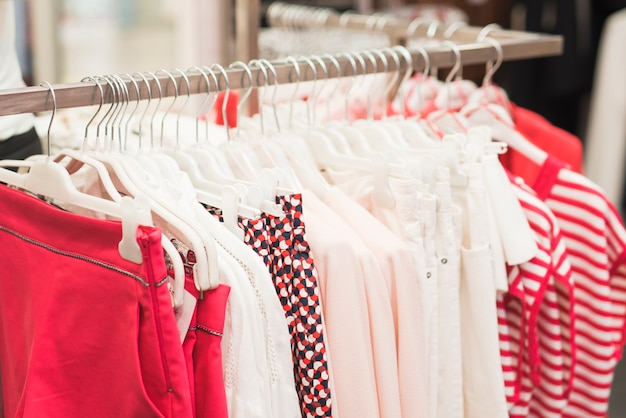 Close-up kleurrijke kleding op hangers