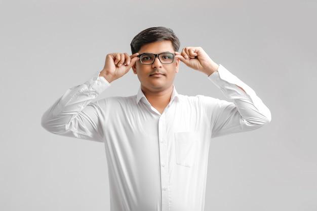 Close-up knappe en succesvolle man met bril