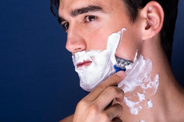 Close-up knappe mannelijke verzorging