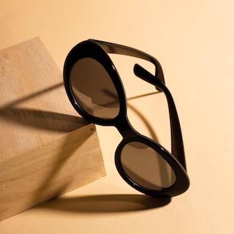 Close-up koele zonnebril met schaduw