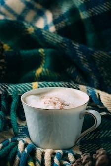 Close-up koffiekopje met een deken