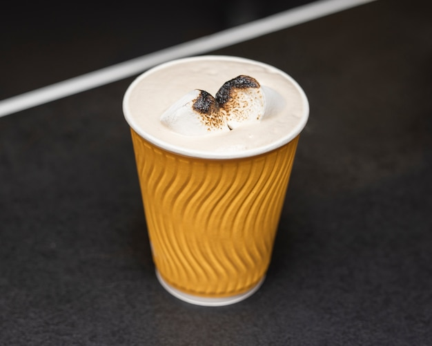 Close-up koffiekopje met melk en kruiden