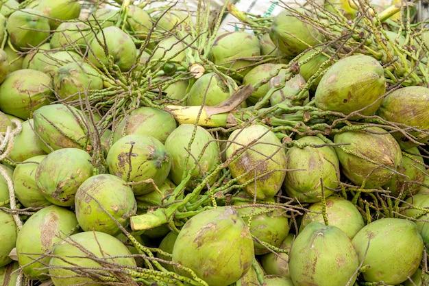 Close-up kokosnoten te koop. bovenaanzicht