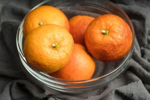 Close-up kom met heerlijke sinaasappelen