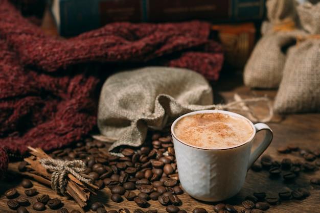 Close-up kopje koffie met geroosterde bonen