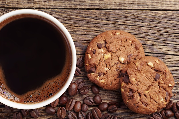 Close-up kopje warme koffie en chocolade koekjes met noten