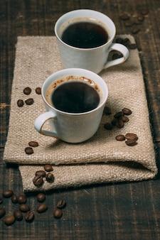 Close-up kopjes koffie op tafel