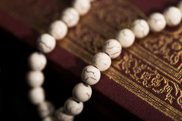 Close-up koran op tafel
